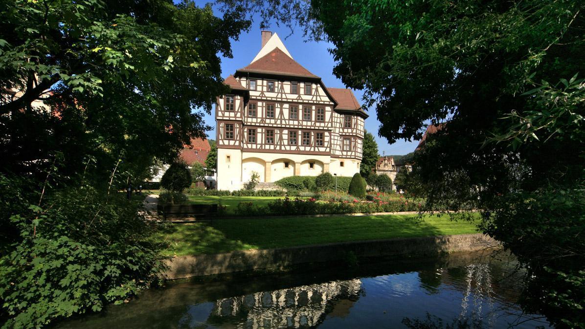 Außenansicht von Schloss Urach mit Weiher im Vordergrund; Foto: Staatliche Schlösser und Gärten Baden-Württemberg, Janna Almeida