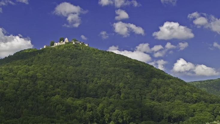 Blick von unten auf die Burg Hohenurach