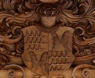 Wappen des Grafen im Giebel des Modells, Goldener Saal im Schloss Urach