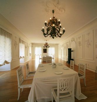 View of the White Hall, including a table, Urach Palace. Image: Staatliche Schlösser und Gärten Baden-Württemberg, Janna Almeida