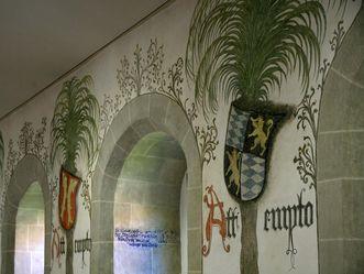 Wandmalereien zeigen die Ahnenprobe von Graf Eberhard im Residenzschloss Urach.