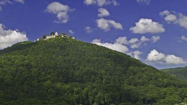 Blick von unten auf die Burg Hohenurach; Foto: Landesmedienzentrum Baden-Württemberg, Arnim Weischer