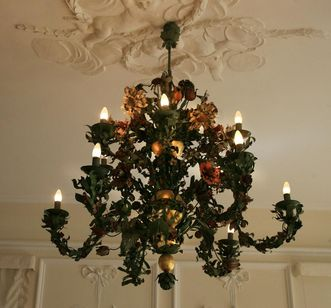 View of the floral chandelier in the White Hall, Urach Palace. Image: Staatliche Schlösser und Gärten Baden-Württemberg, Janna Almeida