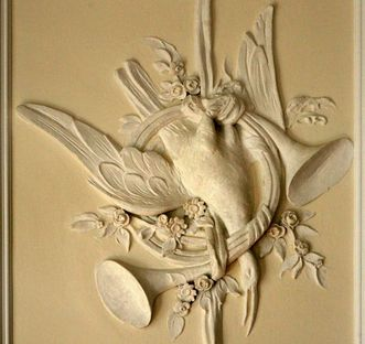 Stucco with bird and two bugles in the White Hall, Urach Palace. Image: Staatliche Schlösser und Gärten Baden-Württemberg, Janna Almeida