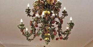 Blumenlüster aus Blech im Weißen Saal von Schloss Urach